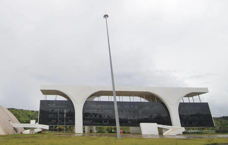 Governo de MG atrasa parcela do 13º de parte dos servidores e diz que vai quitar hoje