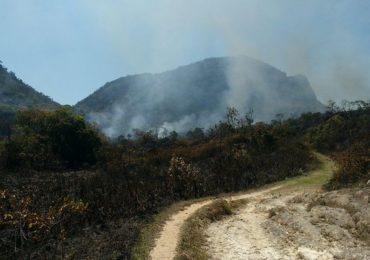 Incêndio atinge serra, em Tiradentes, na Região Central de Minas Gerais