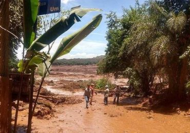 Vale admite que lama de barragem atingiu vila: 'prioridade é proteger a vida'